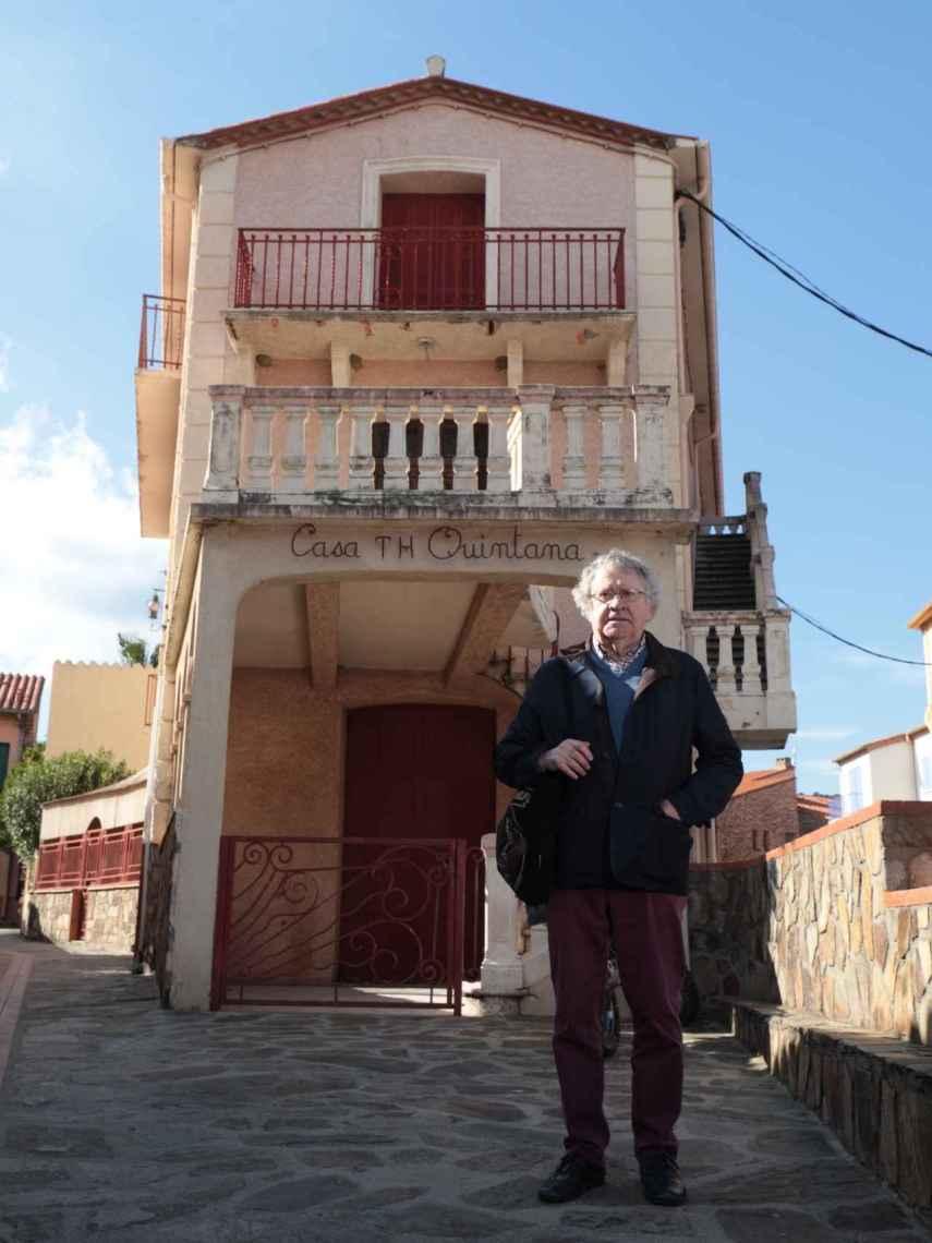El hispanista Ian Gibson, delante del hotel donde murió Machado.
