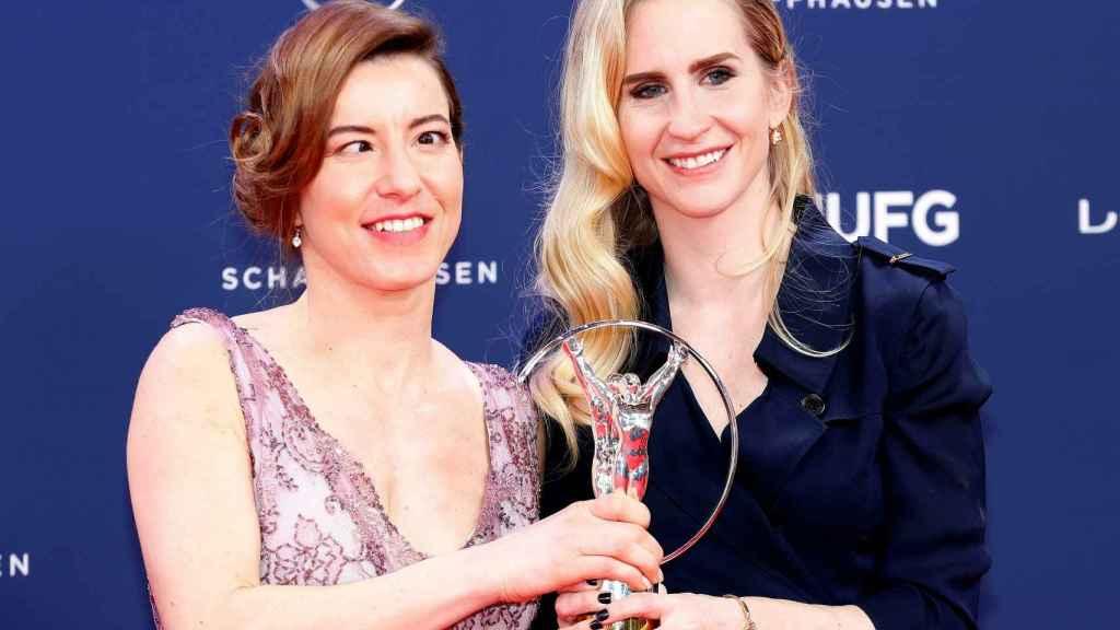 Henrieta Frakasova y su guía Natalia Subrtova tras recibir su Premio Laureus del deporte