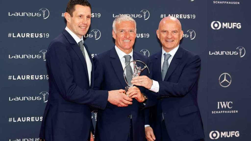 Franck Raviot, Didier Deschamps y Guy Stephan, de la selección francesa, tras recibir su Premio Laureus del deporte