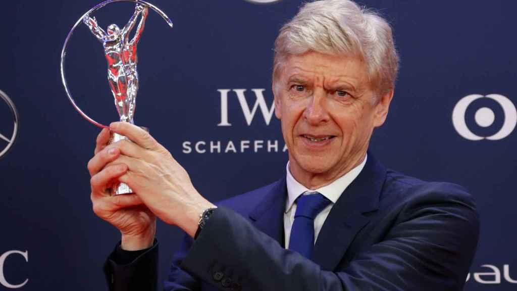 Arsène Wenger con su Premio Laureus