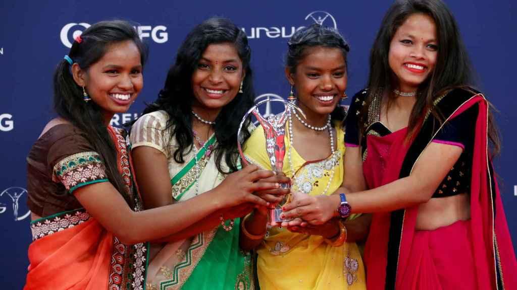 Neeta Kumari, Hema Kumari, Konika Kumari y Radha Kumari, de Yuwa, con su Premio Laureus