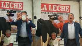 Miguel Ángel Revilla gozándolo tras beber un trago de leche cruda.