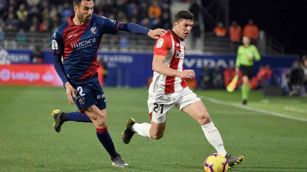 Enric Gallego y Capa luchan por el balón en el Huesca - Athletic de La Liga