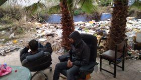Abdelkader y Sliman, sentados en unas sillas que han cogido de la basura.