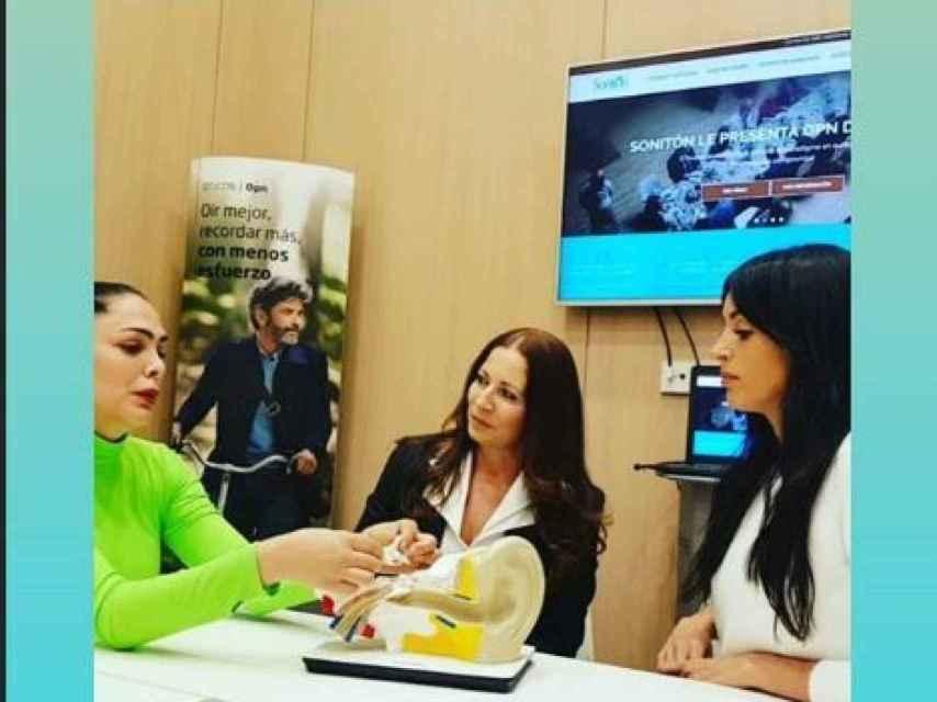 Amor Romeira, su doctora y la modelo Noelia López en la clínica donde le realizaron las pruebas auditivas.