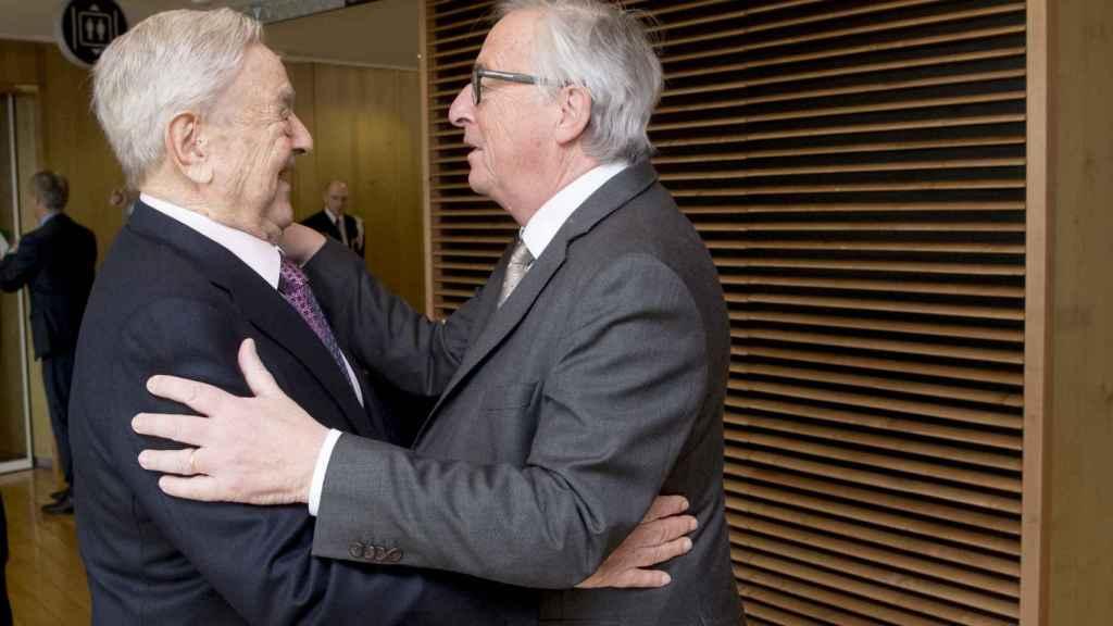 Juncker saluda a Soros durante una visita a la Comisión