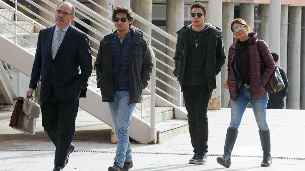 Ivonne Reyes y su hijo Alejandro a la llegada a los juzgados de Alcobendas.