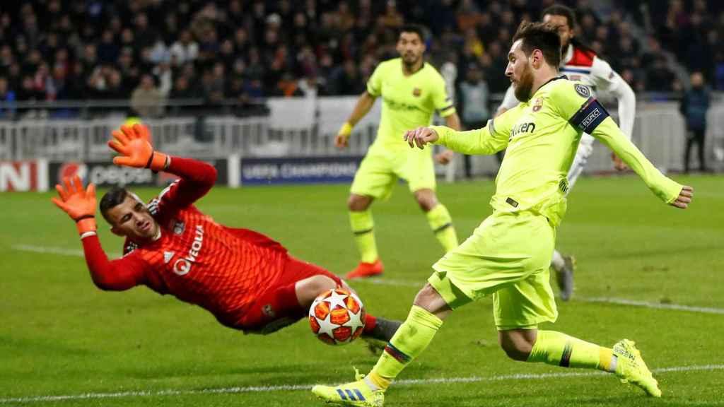 Messi, en acción contra Anthony Lopes durante el Olympique Lyon - Barcelona de Champions League