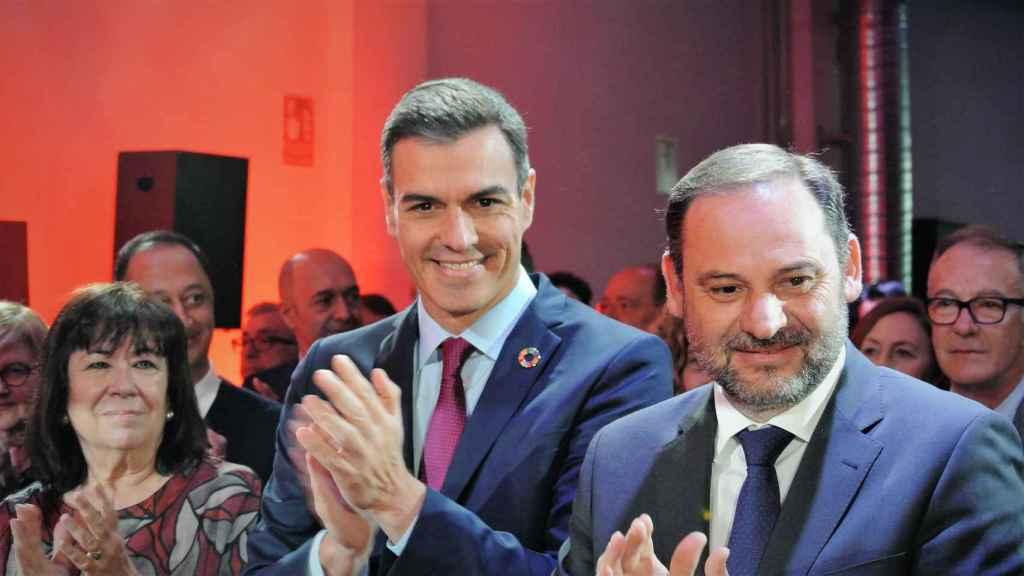 El ministro de Transportes, José Luis Ábalos, junto al presidente, Pedro Sánchez.