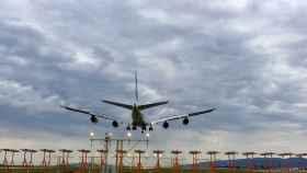 Un avión en el aeropuerto de El Prat-Barcelona