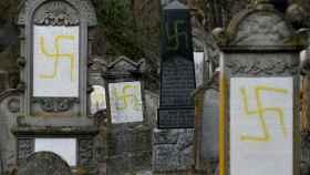 Tumbas profanadas con esvásticas en el cementerio judío de Quatzenheim.