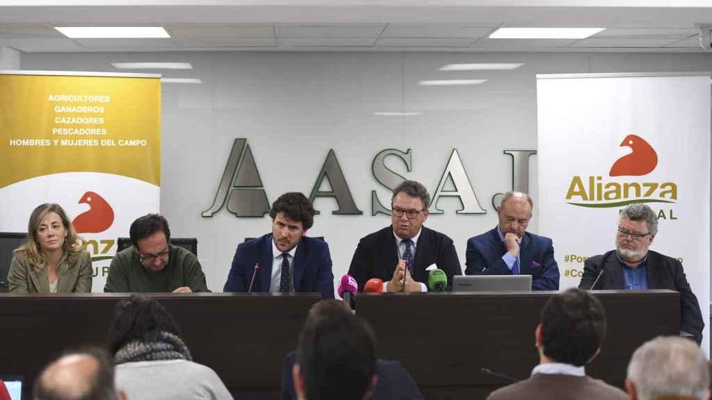 Carlos Núñez, en el medio, junto a los distintos miembros de Alianza Rural