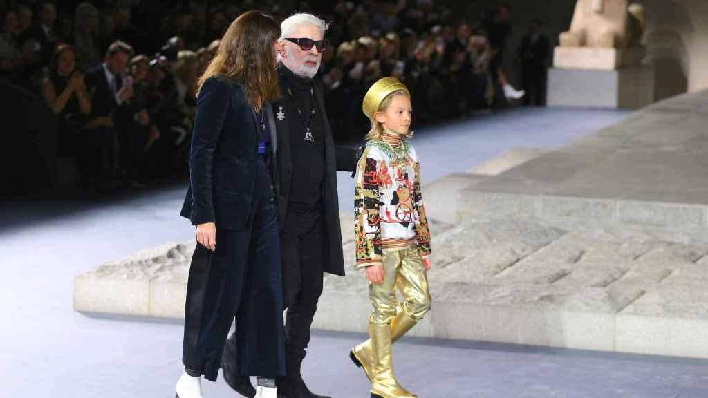 Virginie Viard, nueva líder de Chanel; y Karl Lagerfeld junto a su ahijado, Hudson Kroenig.