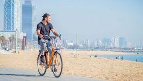 Un usuario de 'bikesharing' en Barcelona.