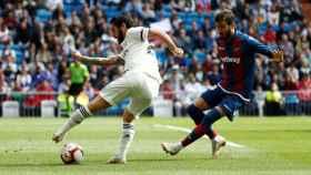 Isco controla un balón ante Campaña en el Real Madrid - Levante