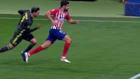 Diego Costa cae ante De Sciglio. Foto: Twitter (@chirichampions)