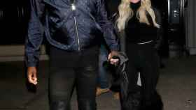Tristan Thompson y Khloé Kardashian a la salida de un restaurante en Los Ángeles.