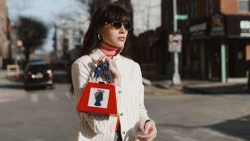 La modelo Natalie Off Duty con bolso de la firma LarAllan en Londres.