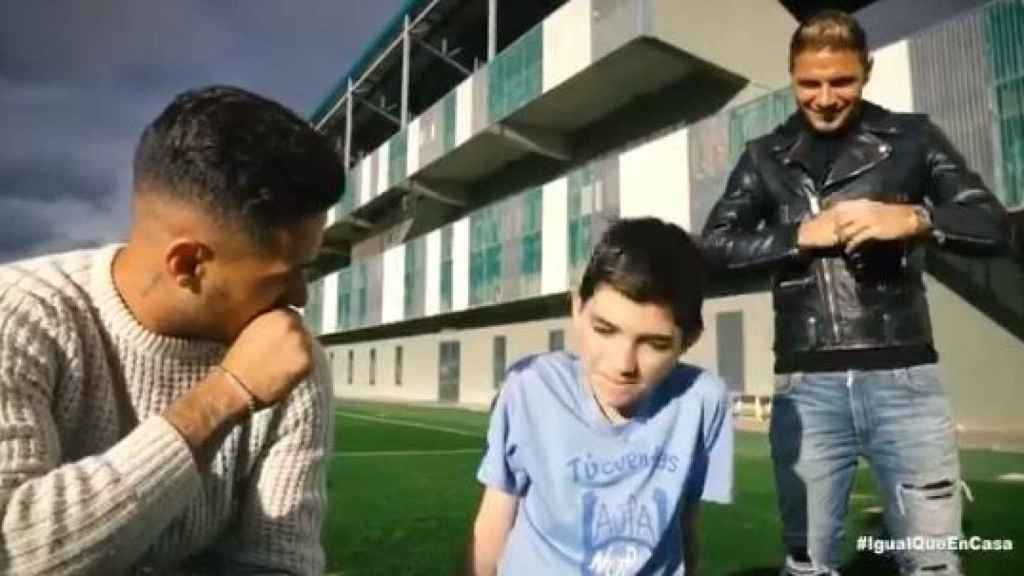 Joaquín y Sergio León visitan a un niño  de la asociación Nupa