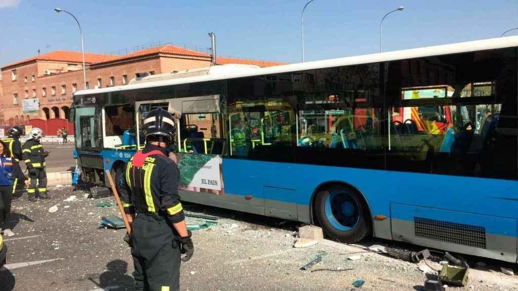 Autobús accidentado en la calle O'Donnell. Foto: Emergencias 112