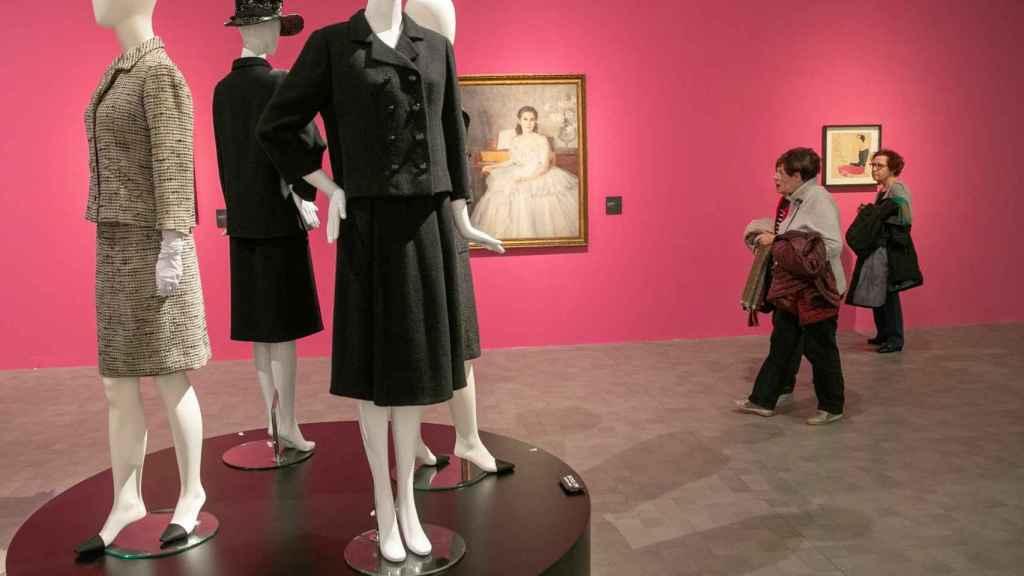 La elegancia y feminidad se respira en la exhibición de Balenciaga.