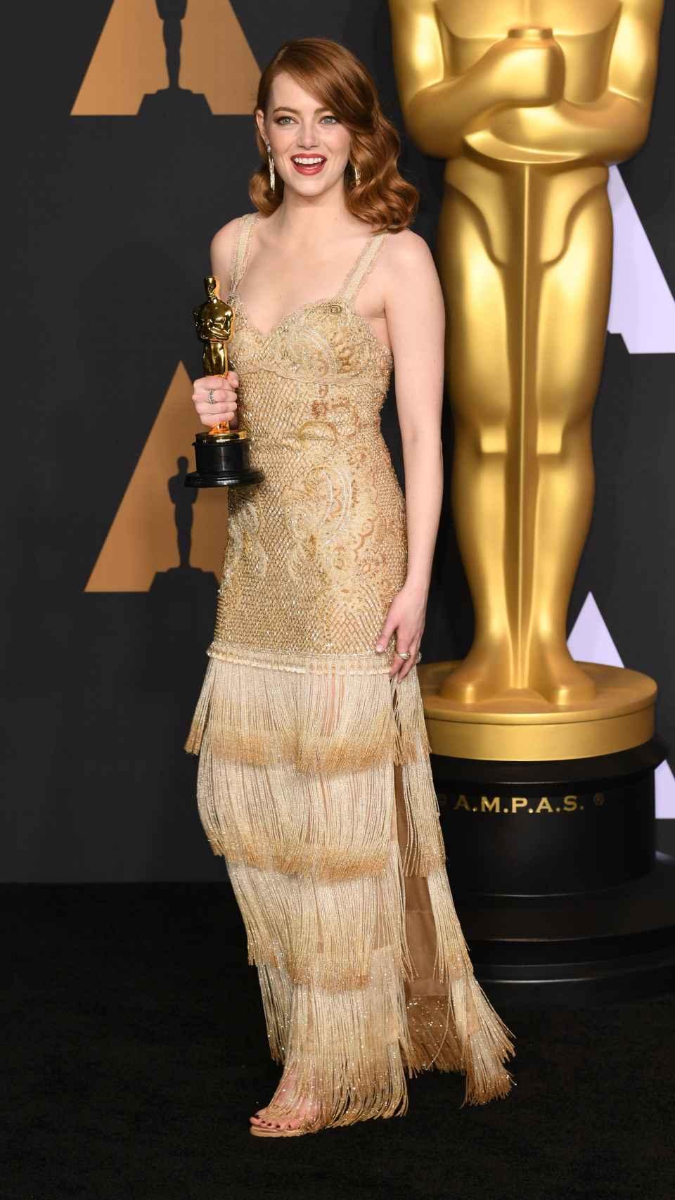 Emma Stone en los Oscar 2017, vestida de Givenchy, con su premio a Mejor Actriz por 'La, La, Land'.