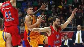 Xavi Rabaseda intenta penetrar ante la defensa de Kurbanov y Sergio Rodríguez