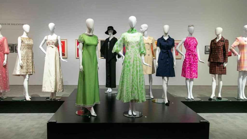 La muestra recoge algunos de los diseños de Balenciaga que mejor definen su moda.