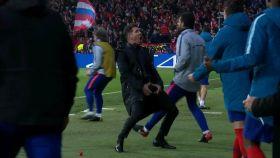 Simeone celebrando el gol de Giménez agarrándose el paquete.