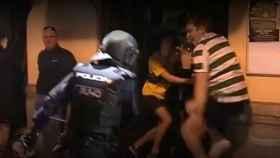 La policía golpea a un aficionado del Celtic tras protagonizar graves incidentes.
