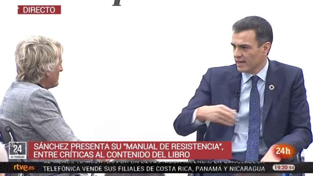 Imagen de la emisión del Canal 24 Horas de RTVE de la presentación del libro de Pedro Sánchez.