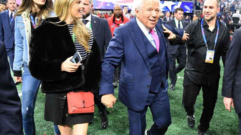 Robert Kraft, junto a su pareja Ricki Noel Lander en la Super Bowl 2019