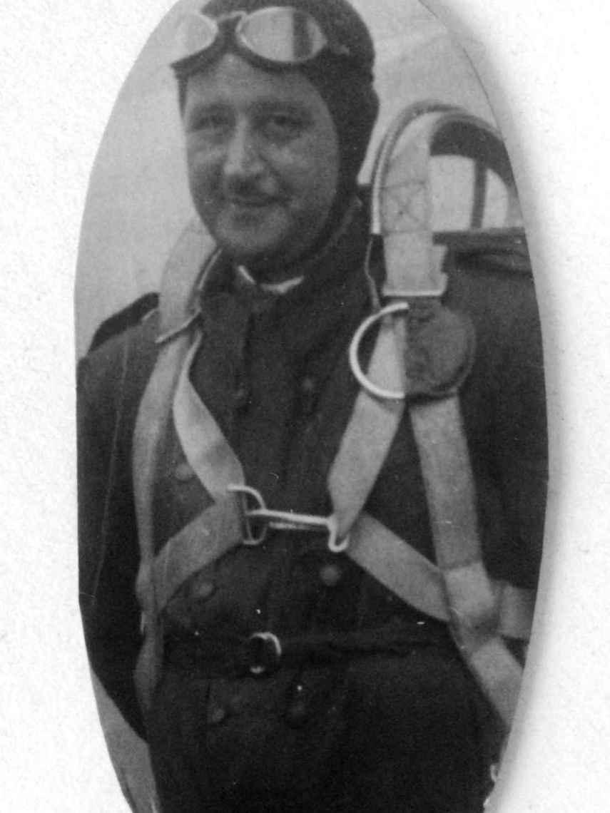 El comandante De la Puente, con equipo de piloto militar.