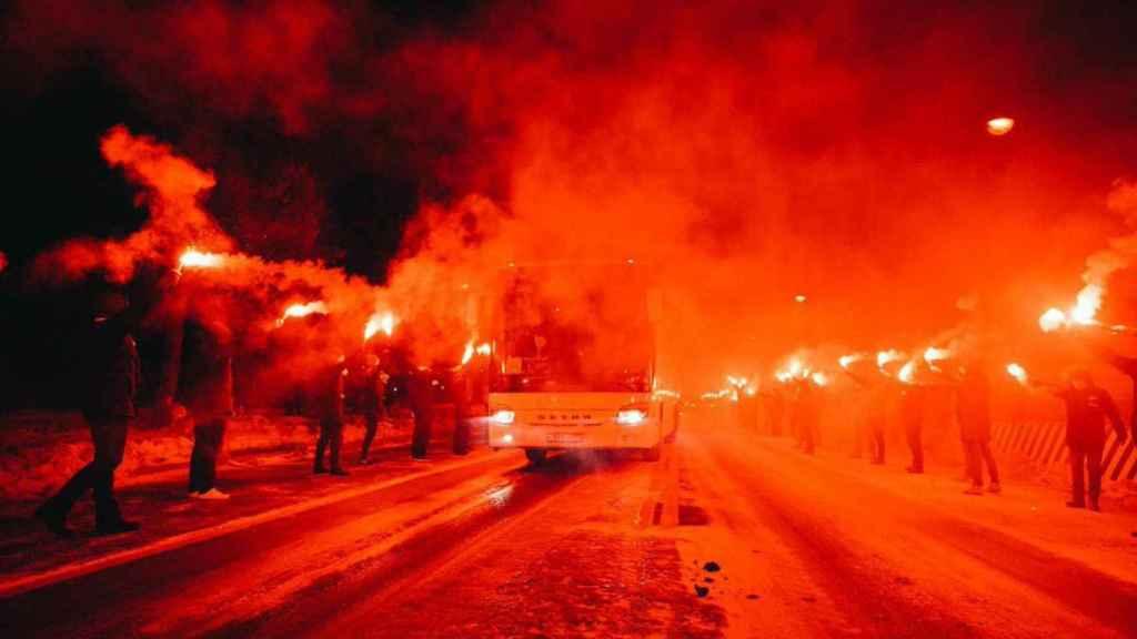 Los aficionados del Zenit reciben al autobús del equipo con bengalas