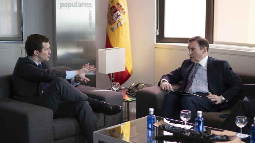 Pablo Casado, presidente del PP, en su despacho junto a Pedro J. Ramírez, director de EL ESPAÑOL.