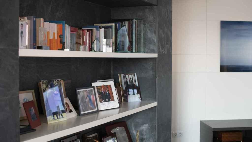 Imagen de un lateral del despacho de Casado, con fotos, libros y galardones.