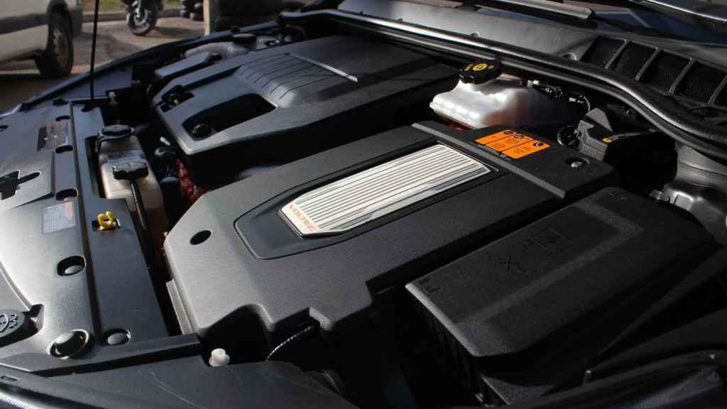 Al fondo, el motor de combustión de gasolina. En el primer plano, el eléctrico