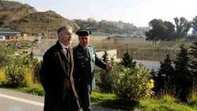 El ministro del Interior, Fernando Grande-Marlaska (i), durante la visita a Ceuta.