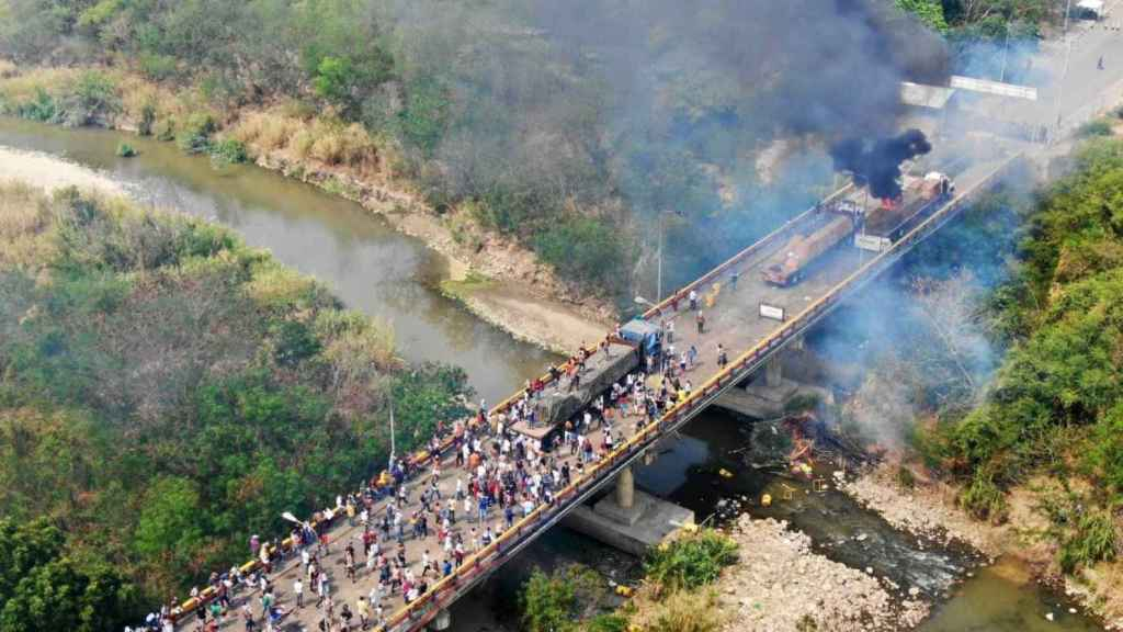Dos camiones arden en la frontera con Colombia