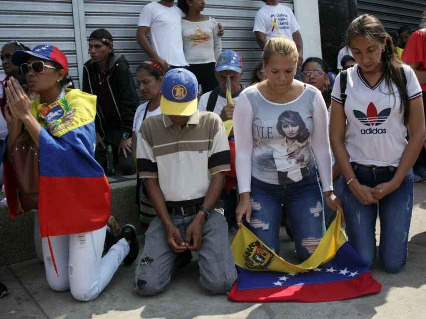 Seguidores de Juan Guaidó rezana para que las fuerzas de Maduro permitan entrar la ayuda humanitaria en San Antonio de Táchira (Venezuela).