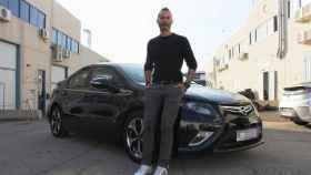 Juan Grande con su Opel Ampera, importado desde Holanda
