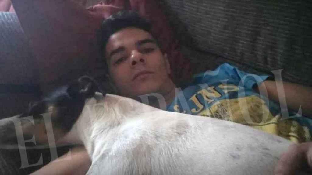 Alberto Sánchez Gómez, detenido por matar y descuartizar a su madre en su casa de Madrid, junto a su perro Coque.