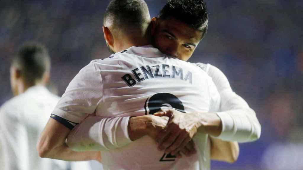 Casemiro abraza a Benzema tras su gol ante el Levante