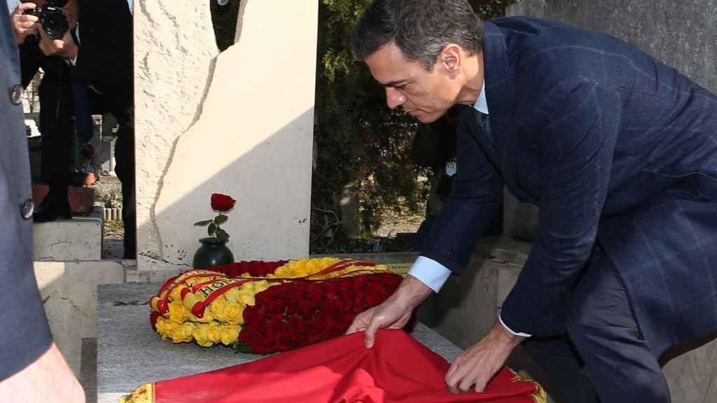 Sánchez, en Montauban (Francia) ante la tumba de Manuel Azaña.