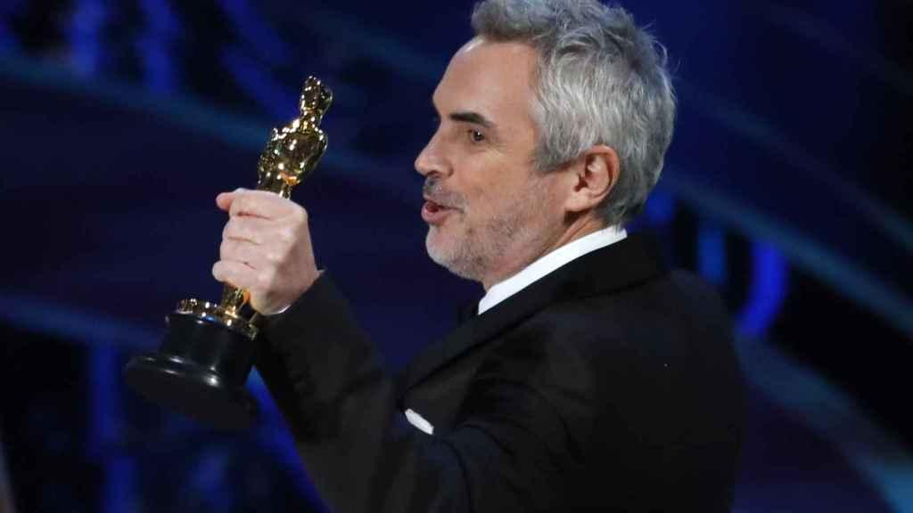 Cuarón con el Oscar a la Mejor dirección.
