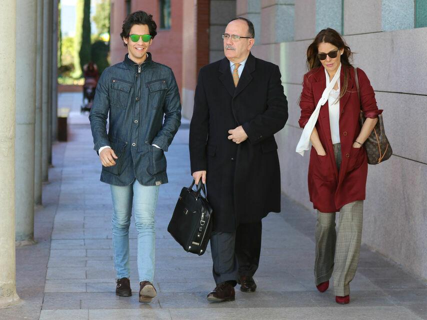 Ivonne, su hijo Alejandro y su abogado.