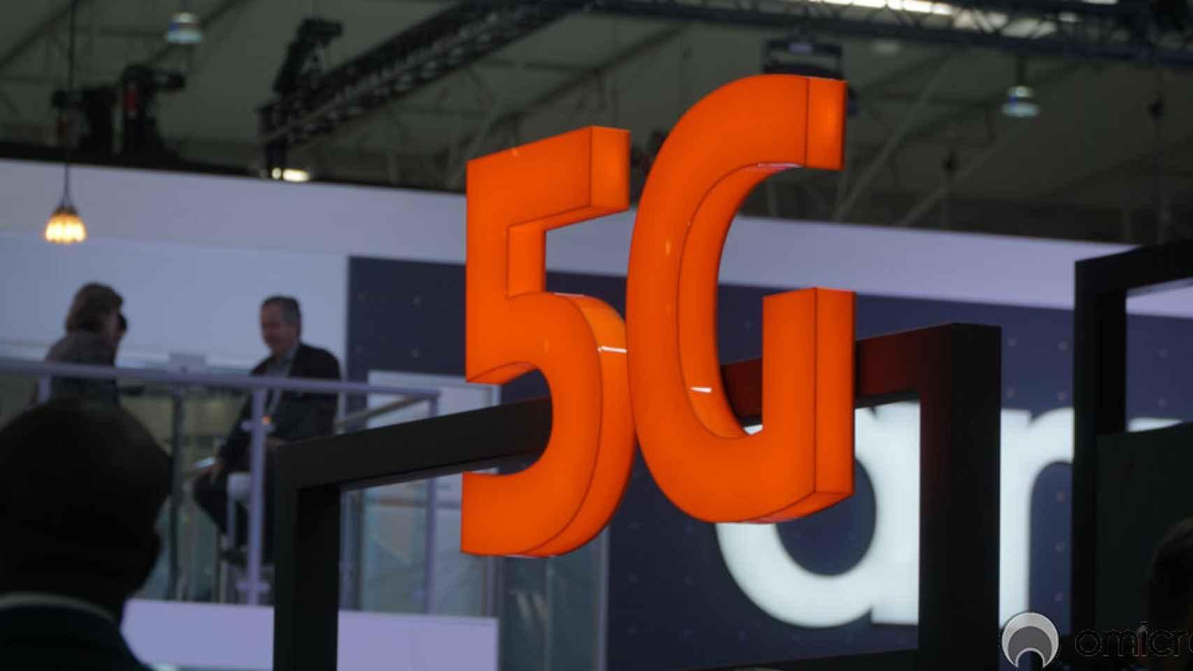 Imagen de una feria donde se exponen casos de uso de 5G.