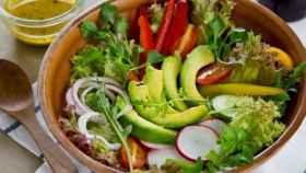 Una ensalada recién aliñada con aceite de oliva virgen extra.