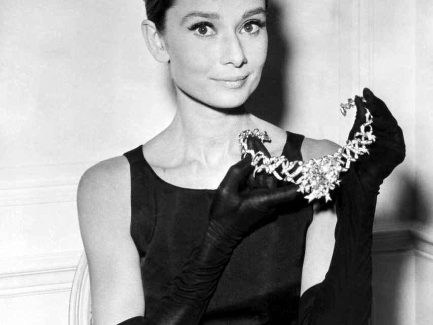 Audrey Hepburn posa con el collar de Tifanny & Co en 'Desayuno con diamantes'