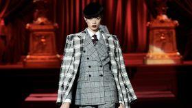 Una modelo de Dolce & Gabbana desfilando en la Semana de la Moda de Milán.